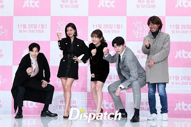 Sự kiện dở khóc dở cười: Nữ chính Kim Yoo Jung xinh đẹp bị ra rìa, nam chính và phụ công khai nắm tay tình tứ - Ảnh 11.