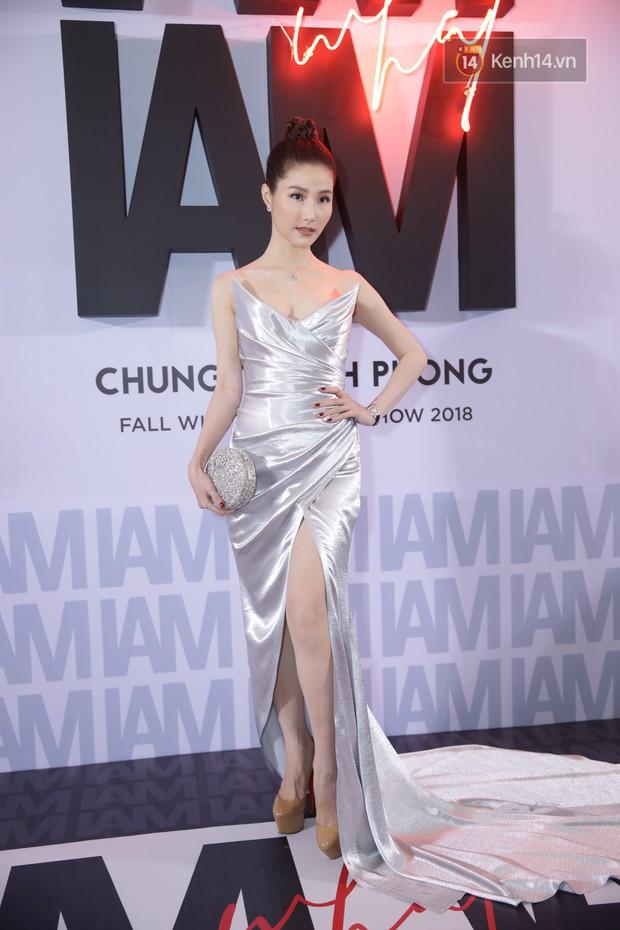 Thảm đỏ show Chung Thanh Phong: Khả Ngân thử style lạ, Quỳnh Anh Shyn giật giũ như chim sẻ đi mưa - Ảnh 9.