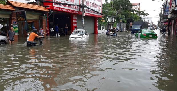 Sài Gòn ngập nặng nhiều tuyến đường sau bão số 9, dân công sở chật vật lội nước đi làm sáng đầu tuần - Ảnh 3.
