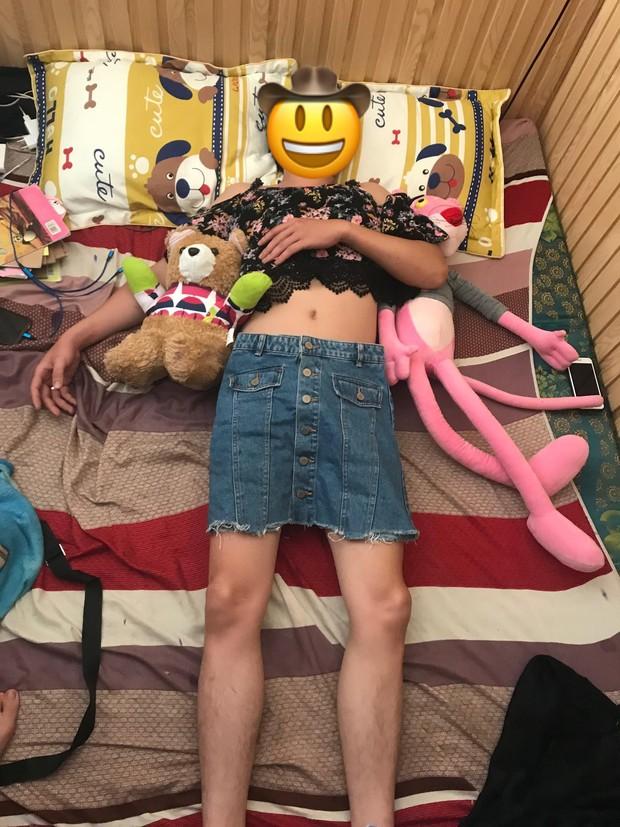 Hết cách trị chồng say xỉn, cô vợ bá đạo liền lôi hết váy vóc gợi cảm mặc lên người chồng rồi chụp ảnh đăng Facebook để dằn mặt - Ảnh 4.