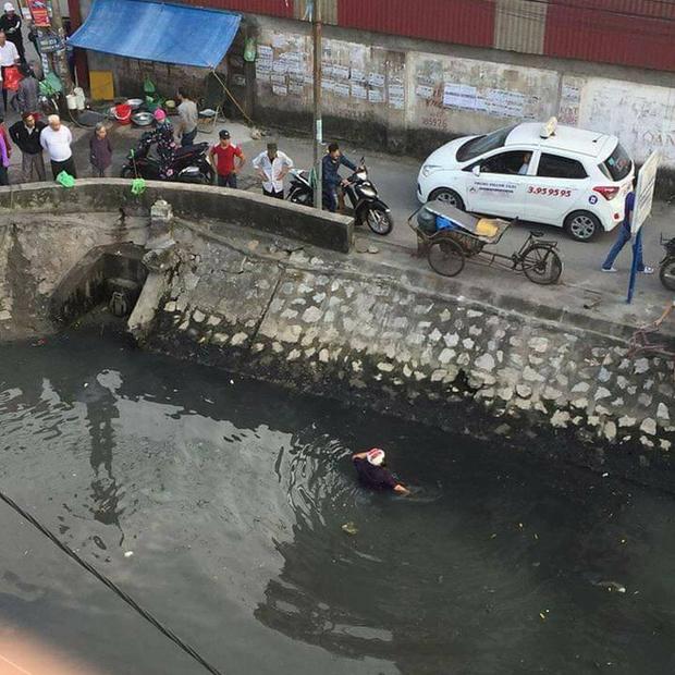 Hải Phòng: Đánh phụ nữ giữa đường, thanh niên bị người dân cho tắm bùn dưới kênh - Ảnh 2.