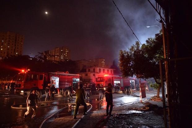 Hà Nội: Cháy lớn tại xưởng nội thất ô tô lúc nửa đêm, nhiều tài xế lái xe sang tháo chạy - Ảnh 5.