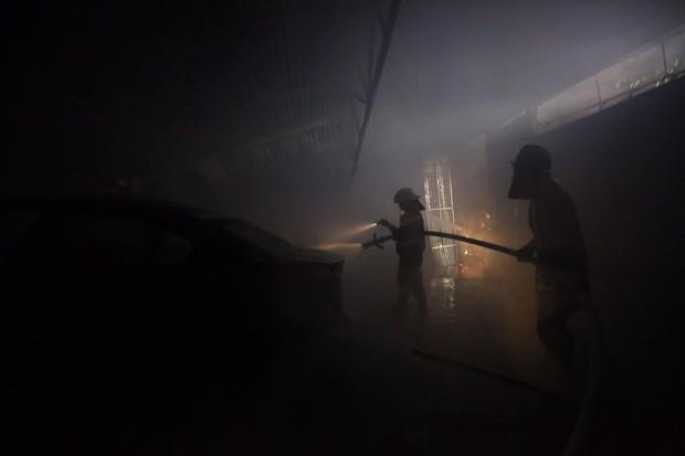 Hà Nội: Cháy lớn tại xưởng nội thất ô tô lúc nửa đêm, nhiều tài xế lái xe sang tháo chạy - Ảnh 4.