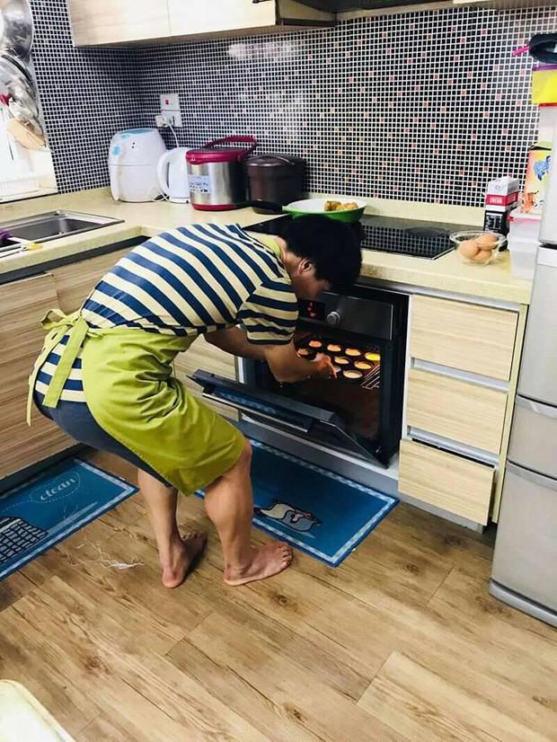 Công Phượng vào bếp, đeo tạp dề học làm bánh - Ảnh 3.