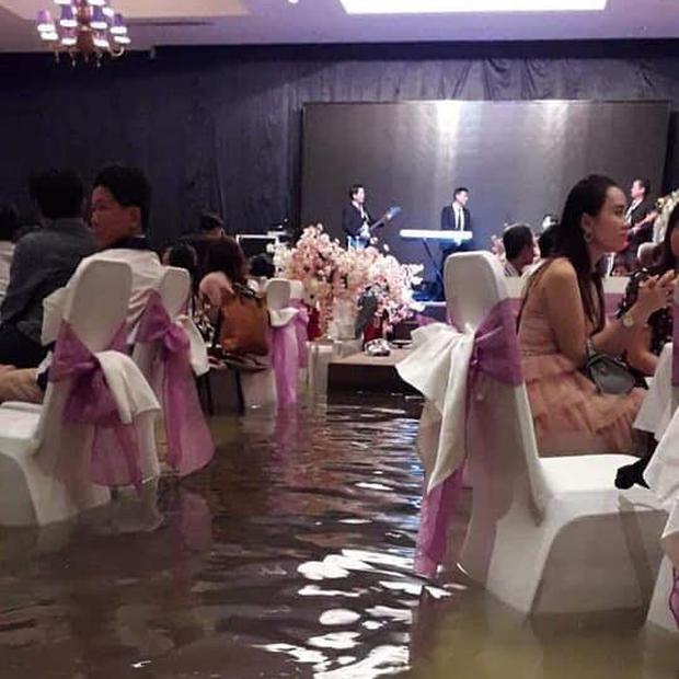 Bão số 9: Đám cưới ở Sài Gòn ngập lụt, hội trường biến thành bể bơi - Ảnh 3.