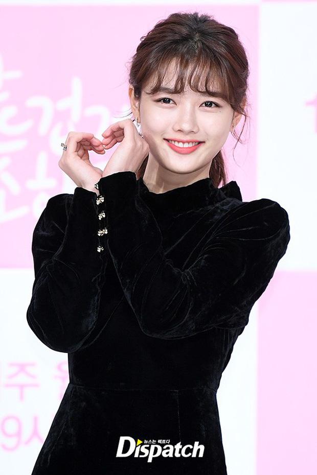 Sự kiện dở khóc dở cười: Nữ chính Kim Yoo Jung xinh đẹp bị ra rìa, nam chính và phụ công khai nắm tay tình tứ - Ảnh 5.
