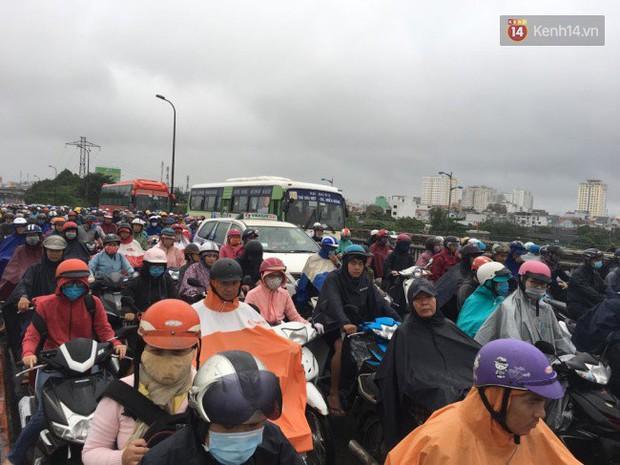 Sài Gòn ngập nặng nhiều tuyến đường sau bão số 9, dân công sở chật vật lội nước đi làm sáng đầu tuần - Ảnh 5.