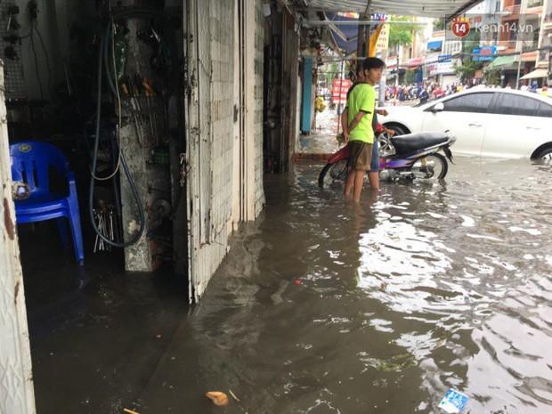 Sài Gòn ngập nặng nhiều tuyến đường sau bão số 9, dân công sở chật vật lội nước đi làm sáng đầu tuần - Ảnh 17.