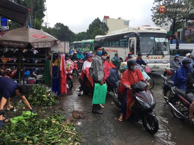 Sài Gòn ngập nặng nhiều tuyến đường sau bão số 9, dân công sở chật vật lội nước đi làm sáng đầu tuần - Ảnh 14.
