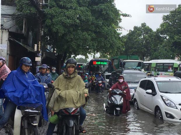 Sài Gòn ngập nặng nhiều tuyến đường sau bão số 9, dân công sở chật vật lội nước đi làm sáng đầu tuần - Ảnh 10.