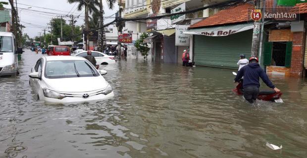 Sài Gòn ngập nặng nhiều tuyến đường sau bão số 9, dân công sở chật vật lội nước đi làm sáng đầu tuần - Ảnh 2.