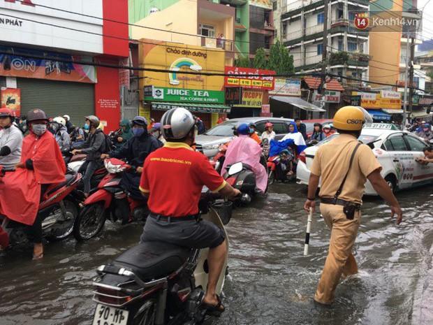 Sài Gòn ngập nặng nhiều tuyến đường sau bão số 9, dân công sở chật vật lội nước đi làm sáng đầu tuần - Ảnh 7.