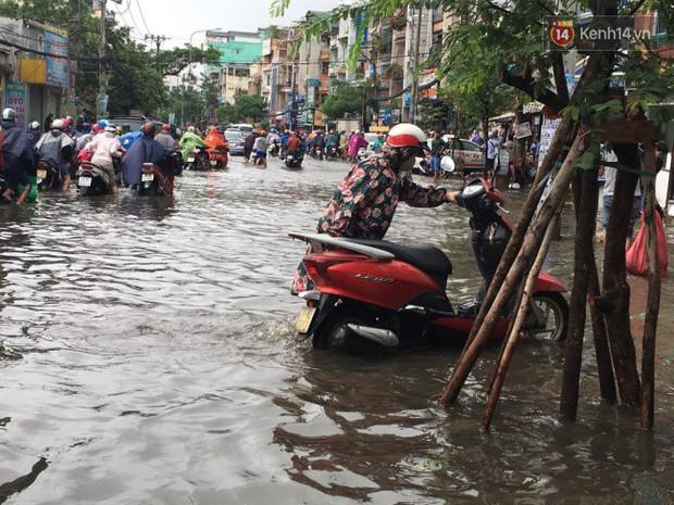 Sài Gòn ngập nặng nhiều tuyến đường sau bão số 9, dân công sở chật vật lội nước đi làm sáng đầu tuần - Ảnh 9.