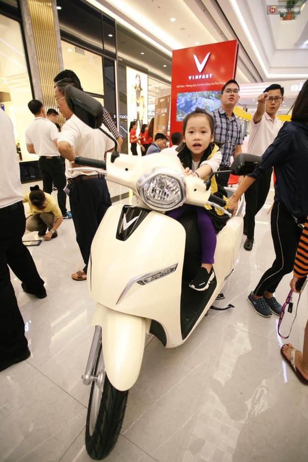 Sau màn ra mắt ấn tượng tại Hà Nội, VinFast tiếp tục thu hút hàng nghìn người dân tới tham quan và đặt mua tại Sài Gòn - Ảnh 18.