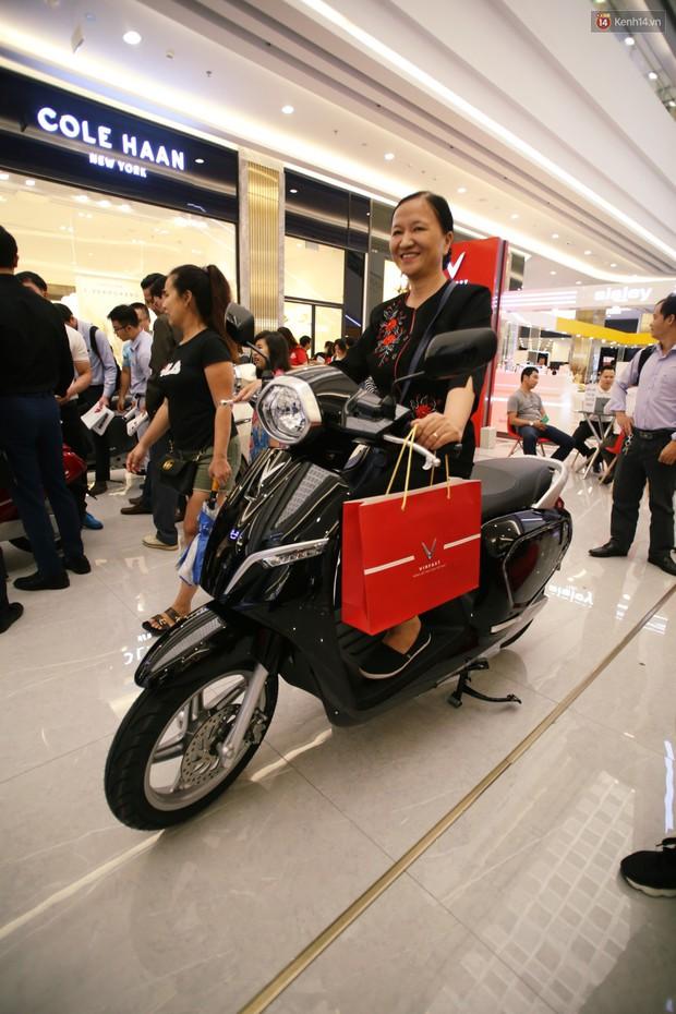 Sau màn ra mắt ấn tượng tại Hà Nội, VinFast tiếp tục thu hút hàng nghìn người dân tới tham quan và đặt mua tại Sài Gòn - Ảnh 16.