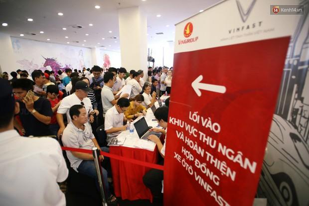 Sau màn ra mắt ấn tượng tại Hà Nội, VinFast tiếp tục thu hút hàng nghìn người dân tới tham quan và đặt mua tại Sài Gòn - Ảnh 13.