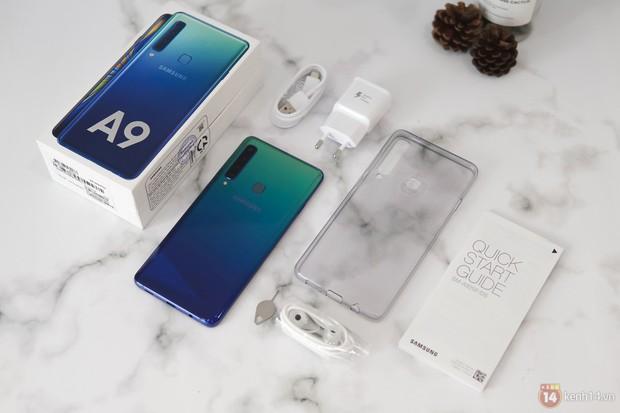 Mở hộp Galaxy A9 mới: Mặt lưng chuyển màu ấn tượng, 4 camera và selfie với sticker thuần Việt - Ảnh 9.