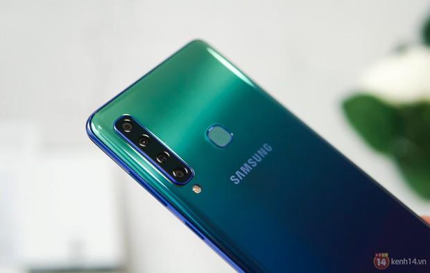 Mở hộp Galaxy A9 mới: Mặt lưng chuyển màu ấn tượng, 4 camera và selfie với sticker thuần Việt - Ảnh 1.