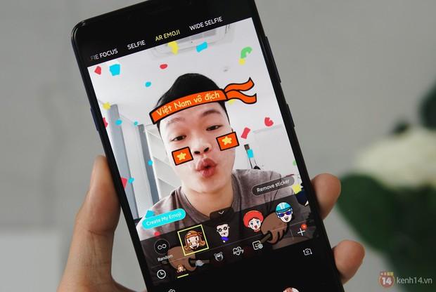 Mở hộp Galaxy A9 mới: Mặt lưng chuyển màu ấn tượng, 4 camera và selfie với sticker thuần Việt - Ảnh 5.