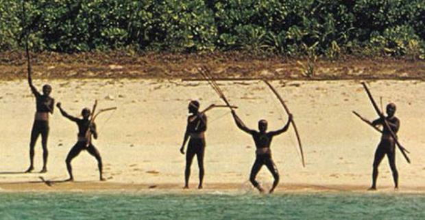 Đoạn băng hiếm ghi lại hai thái độ trái ngược của bộ lạc Sentinelese khi tiếp xúc với người ngoài: Thân thiện và Hung bạo - Ảnh 4.