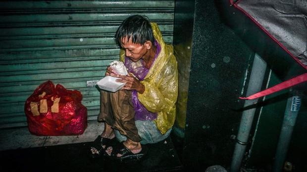 Hình ảnh người đàn ông vô gia cư co ro trên vỉa hè Sài Gòn ngày mưa bão: Chú run lẩy bẩy, gầy còm như bộ xương không hồn - Ảnh 2.