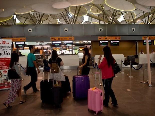 Hai khách Việt bị giữ tại Malaysia vì nói có bom trong hành lý bay - Ảnh 1.