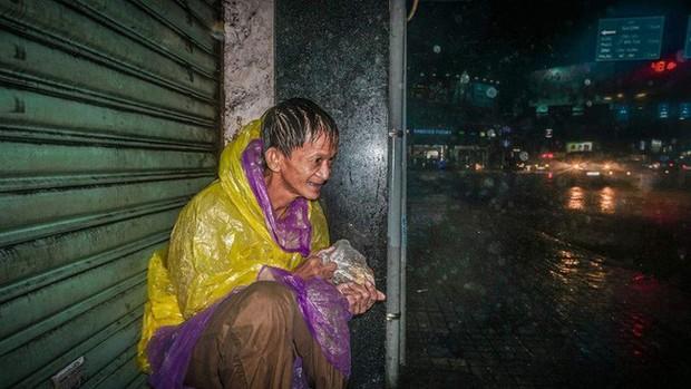 Hình ảnh người đàn ông vô gia cư co ro trên vỉa hè Sài Gòn ngày mưa bão: Chú run lẩy bẩy, gầy còm như bộ xương không hồn - Ảnh 4.