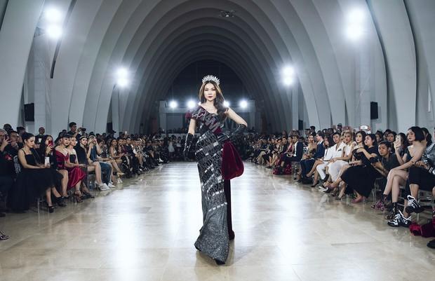 Sau 16 năm, Thanh Hằng lại một lần nữa đăng quang Hoa hậu và catwalk cùng Kỳ Duyên, Hoàng Thùy - Ảnh 2.