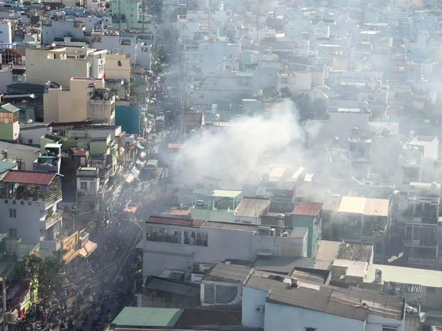 2 căn nhà liền kề bốc cháy dữ dội ở Sài Gòn, nhiều người bỏ chạy thoát thân - Ảnh 3.
