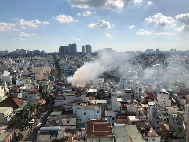 2 căn nhà liền kề bốc cháy dữ dội ở Sài Gòn, nhiều người bỏ chạy thoát thân - Ảnh 2.