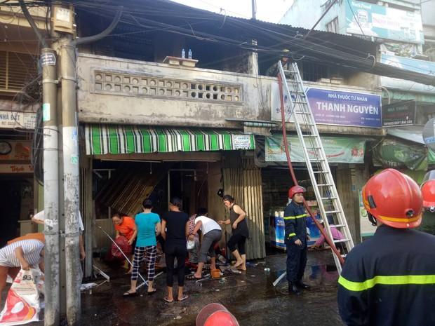 2 căn nhà liền kề bốc cháy dữ dội ở Sài Gòn, nhiều người bỏ chạy thoát thân - Ảnh 5.