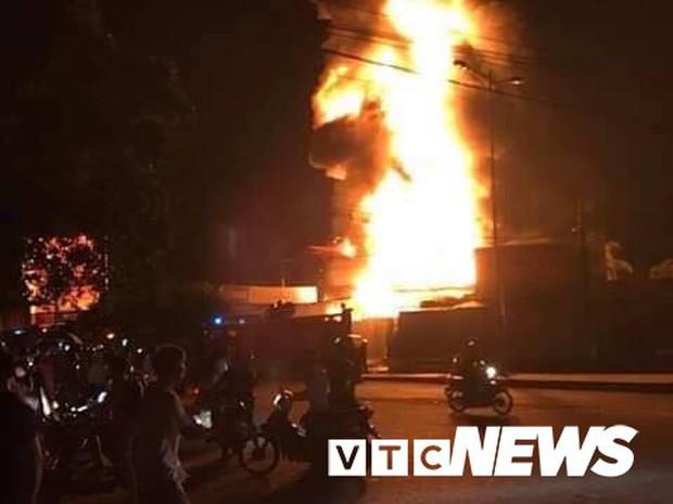 Cháy xe bồn chở xăng gần cây xăng ở Khánh Hoà - Ảnh 2.