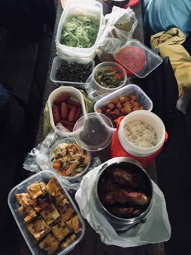 Chán cơm căn tin, cả lớp cùng nhau hợp tác xã để có bữa trưa thịnh soạn như ăn cỗ - Ảnh 1.