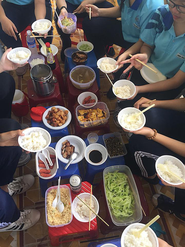 Chán cơm căn tin, cả lớp cùng nhau hợp tác xã để có bữa trưa thịnh soạn như ăn cỗ - Ảnh 2.