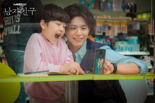 Không chỉ dịu dàng trên phim, Park Bo Gum còn là anh chú cực thân thiện ở hậu trường Encounter - Ảnh 2.