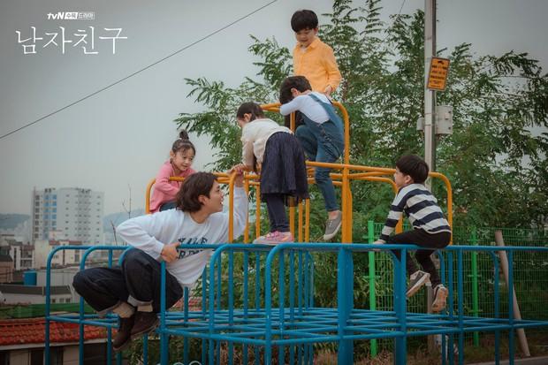 Không chỉ dịu dàng trên phim, Park Bo Gum còn là anh chú cực thân thiện ở hậu trường Encounter - Ảnh 1.