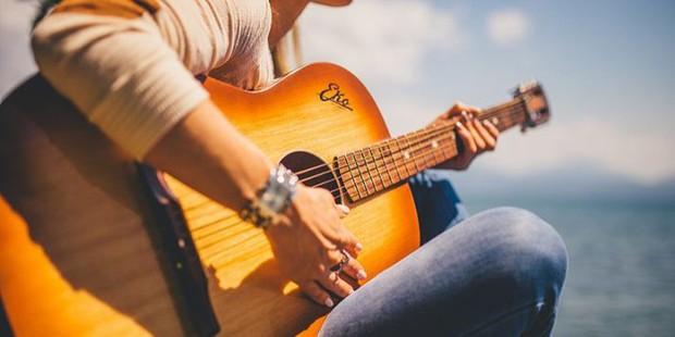 Cặp từ Tiếng Anh đa số người Việt đều dùng sai: He plays the guitar very ... , bạn chọn good hay well? - Ảnh 1.