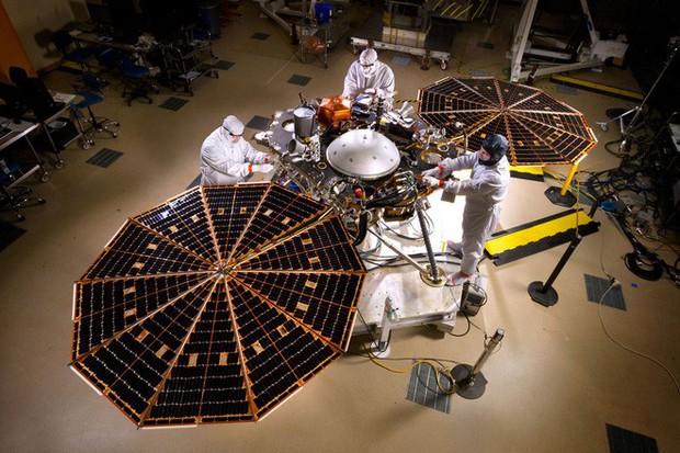 Sau 7 phút kinh hoàng, tàu thăm dò InSight của NASA đã hạ cánh thành công xuống bề mặt Sao Hỏa, đây là hình ảnh đầu tiên nó gửi về - Ảnh 7.