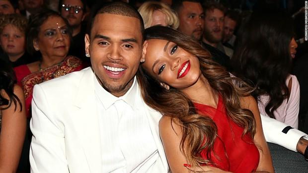 Dân tình phẫn nộ vì Chris Brown vẫn quấy rối Rihanna sau vụ đấm bạn gái bầm mặt rách môi - Ảnh 1.