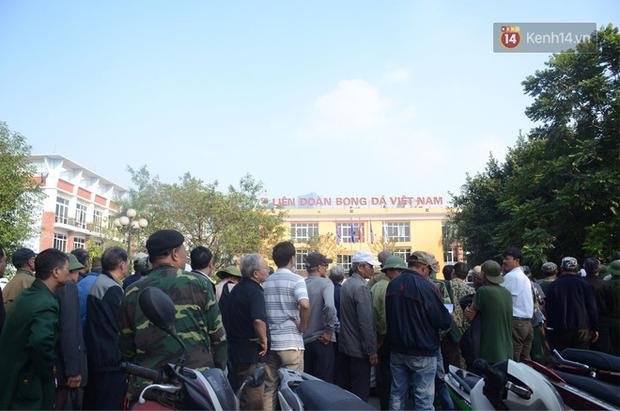 Hàng trăm người cao tuổi và cựu chiến binh kéo đến cổng trụ sở VFF để chờ mua vé trận bán kết giữa Việt Nam - Philippines - Ảnh 1.
