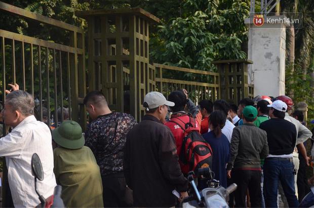 Hàng trăm người cao tuổi và cựu chiến binh kéo đến cổng trụ sở VFF để chờ mua vé trận bán kết giữa Việt Nam - Philippines - Ảnh 2.