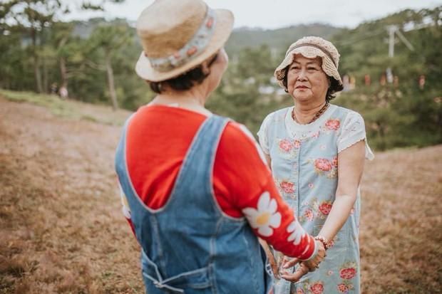 Bộ ảnh 2 cụ bà nắm tay giữa Đà Lạt mộng mơ gây sốt MXH: Ai chẳng muốn có đứa bạn thân để già đi cùng nhau? - Ảnh 9.