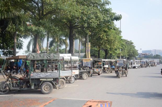 Hàng trăm người cao tuổi và cựu chiến binh kéo đến cổng trụ sở VFF để chờ mua vé trận bán kết giữa Việt Nam - Philippines - Ảnh 3.