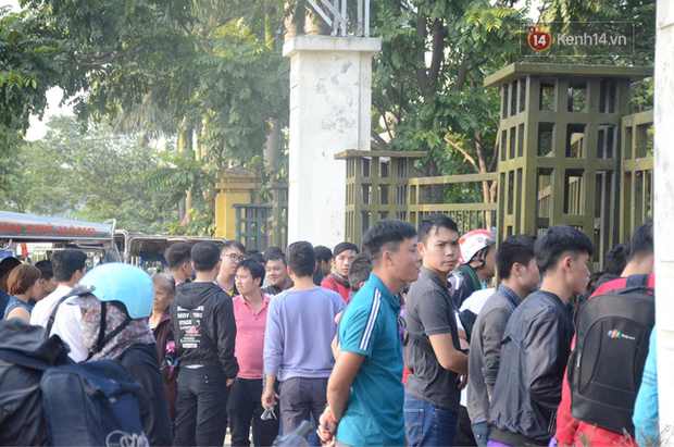 Hàng trăm người cao tuổi và cựu chiến binh kéo đến cổng trụ sở VFF để chờ mua vé trận bán kết giữa Việt Nam - Philippines - Ảnh 5.