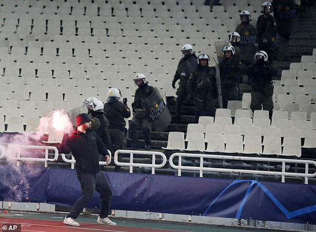 Tới Hy Lạp xem bóng đá, CĐV Hà Lan bị đánh chảy máu đầu, bị tấn công dã man bằng bom xăng, pháo sáng - Ảnh 1.