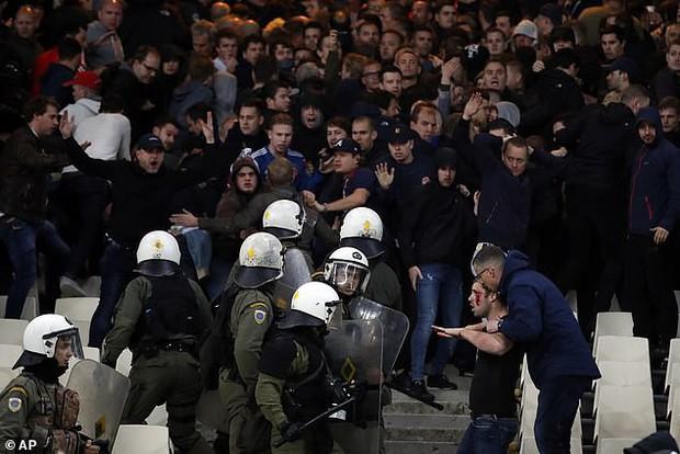 Tới Hy Lạp xem bóng đá, CĐV Hà Lan bị đánh chảy máu đầu, bị tấn công dã man bằng bom xăng, pháo sáng - Ảnh 5.