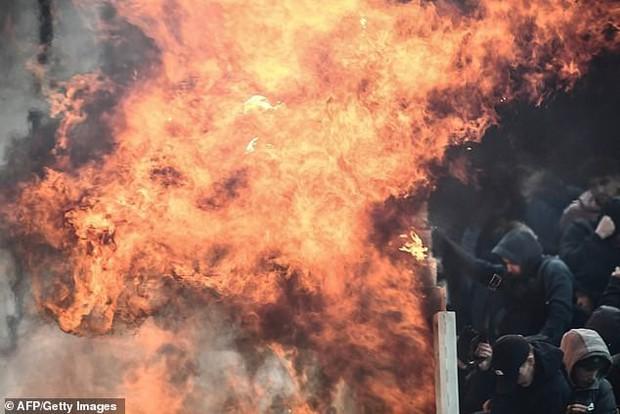 Tới Hy Lạp xem bóng đá, CĐV Hà Lan bị đánh chảy máu đầu, bị tấn công dã man bằng bom xăng, pháo sáng - Ảnh 4.