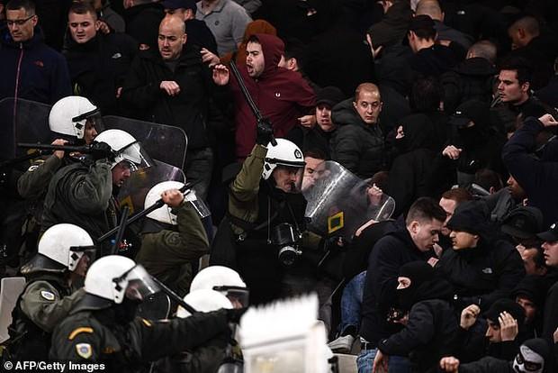 Tới Hy Lạp xem bóng đá, CĐV Hà Lan bị đánh chảy máu đầu, bị tấn công dã man bằng bom xăng, pháo sáng - Ảnh 10.