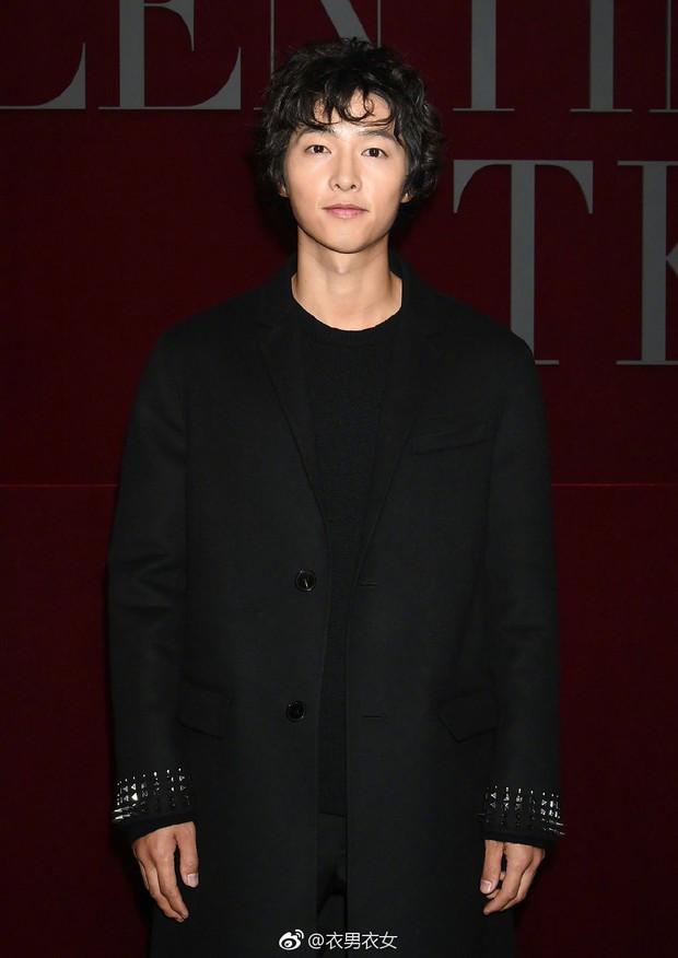 Dương Mịch - Song Joong Ki chung 1 khung hình: Chênh có 1 tuổi mà người như đôi mươi, người xuống sắc đều vì kiểu tóc - Ảnh 2.