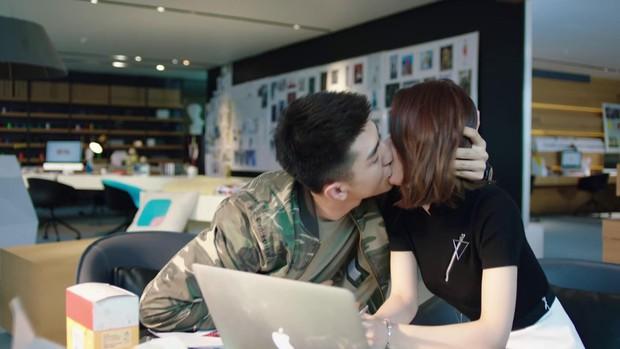 Khán giả cảm thấy khó hiểu khi Kim Hạn cứ hôn vào... cằm của Triệu Lệ Dĩnh trong Thời Gian Tươi Đẹp Của Anh Và Em - Ảnh 4.
